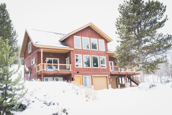 Spacious Mtn Home, sleeps 15 with Two Living Areas
