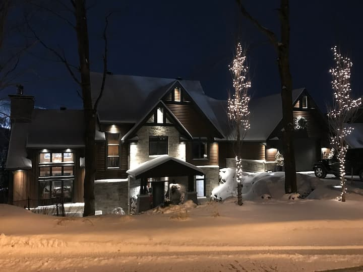 Spacious 5 bedroom SKI IN SKI OUT pool spa Bromont