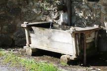 La fontaine dans la première partie du hameau