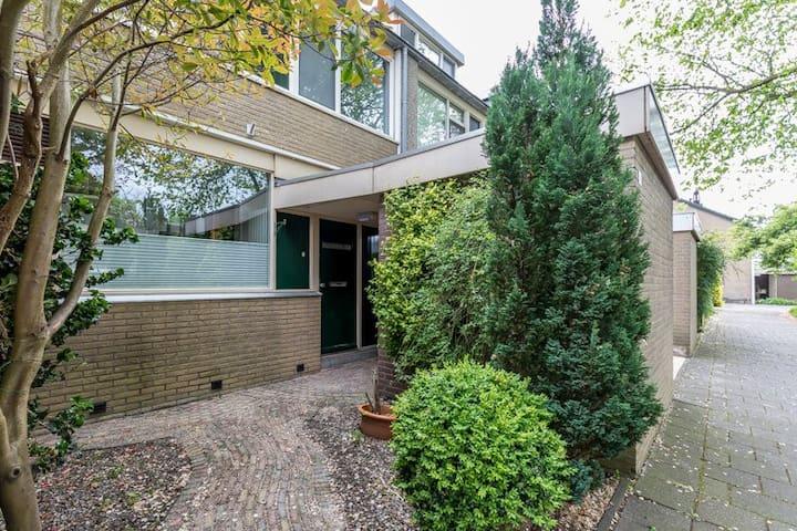Central quiet comfortable 5 bedroom house + garden