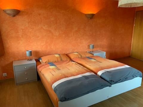 Einfaches gemütliches Doppelzimmer