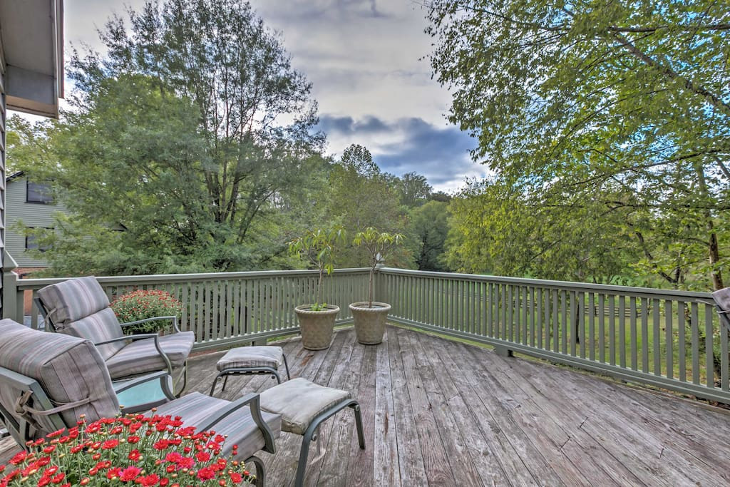 Featuring a spacious deck overlooking a horse pasture and a sparkling creek, this delightful cottage promises a relaxing retreat!