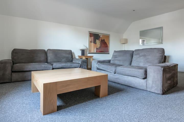 Spacious 3-bed Apartment in Beautiful Kew Gardens!