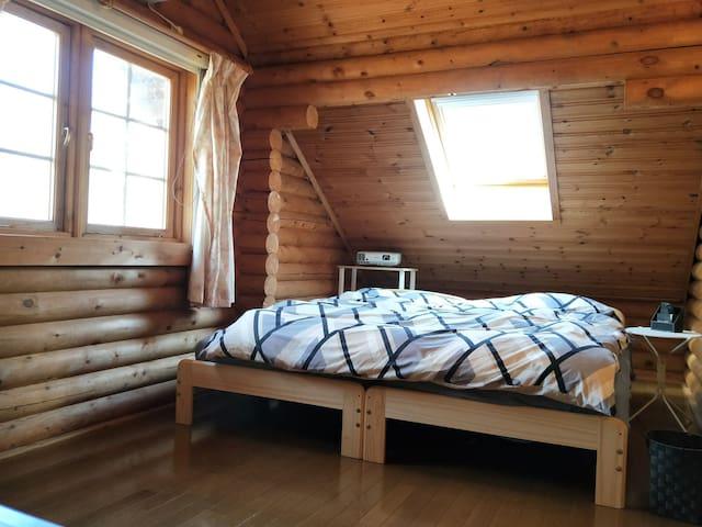 洋室ベッド2台。天窓から空を眺めます