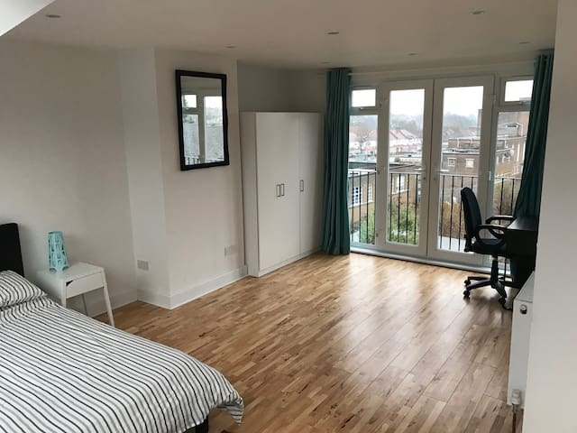 Large private loft room with ensuite - London - Haus