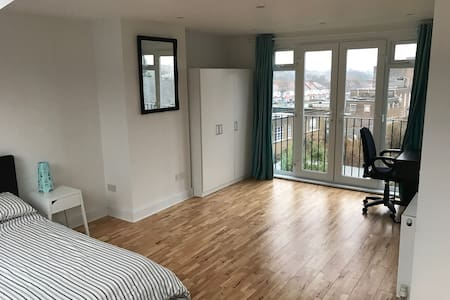 Large private loft room with ensuite - Londres