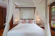 1st floor bedroom 1 , queen size bed. 1楼第一个卧室,双人床
