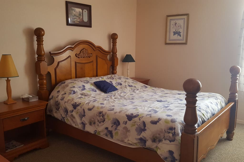 Private Bedroom 1 - Queen size bed