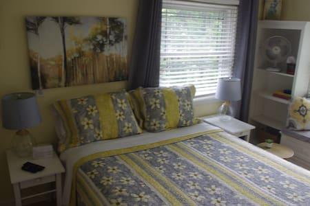 Linda's Place - Cheery Silver Lake Room