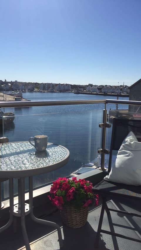 Åkrehamn. Hus i sjøkanten med fin utsikt.