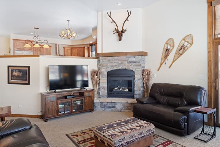Stunning mountain home w/ a private hot tub, gas grill, & full kitchen
