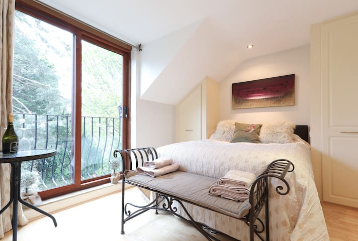 Delightful en-suite double bedroom by Ilkley moor.