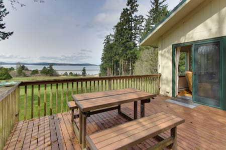 Cozy cabin with peaceful atmosphere, breathtaking ocean views moments from beach