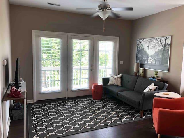 Carriage House Guest Home, Peninsula Neighborhood