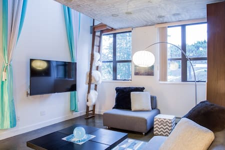 Trendy 2 Storey Loft - 2Bed + Parking - Vancouver