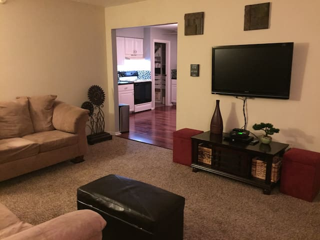 All private, 2 Bedroom 1bath & deck - Elsmere - 獨棟