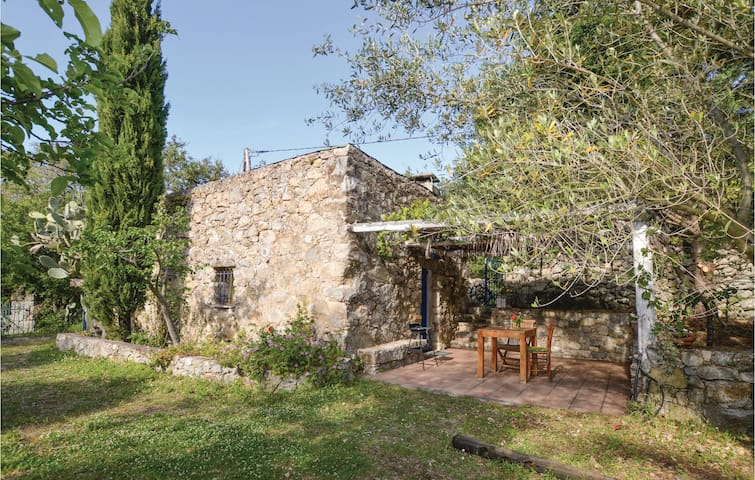 Former farm house with 1 room on 29m² in Ville di Paraso