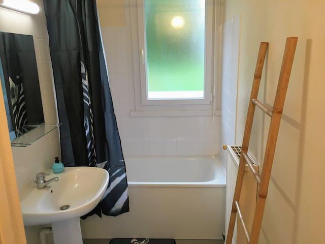 La salle de bain est agréable