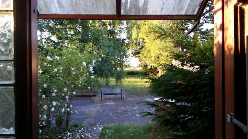 1 möb Zimmer in 3er WG mit gr. Garten