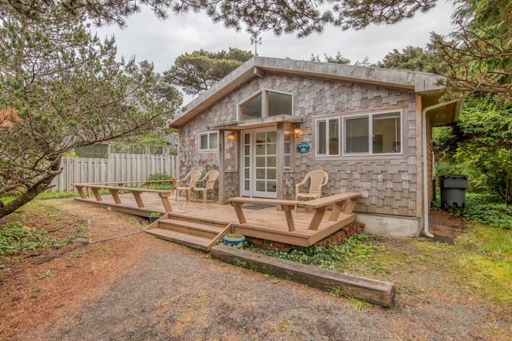 Bright Cottage Close to Town and Steps to the Beach, Wrap-Around Deck!