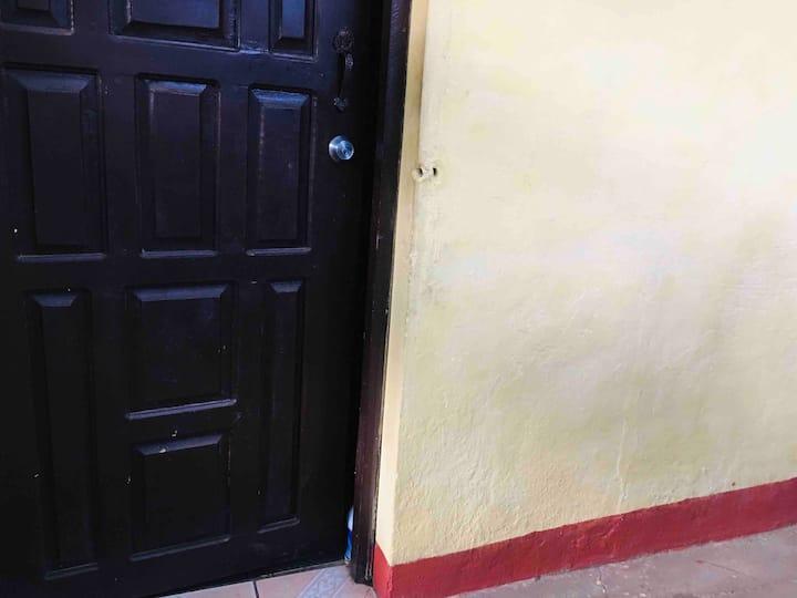 Habitación con entrada independiente y baño propio