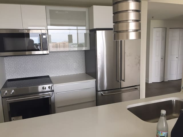 LUXURY condo, 15 Minutes to MANHATTAN!!! BRAND NEW