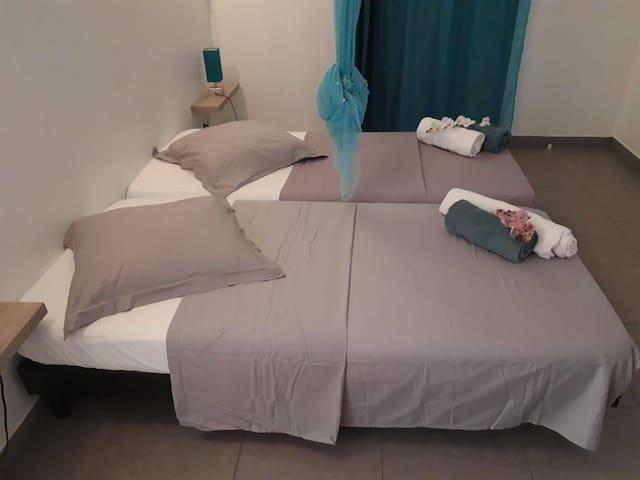 Chambre donnant sur la piscine avec lits simples
