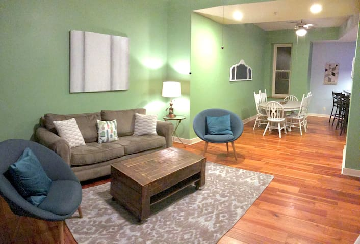 New! Gaston Townhouse: Green Suite