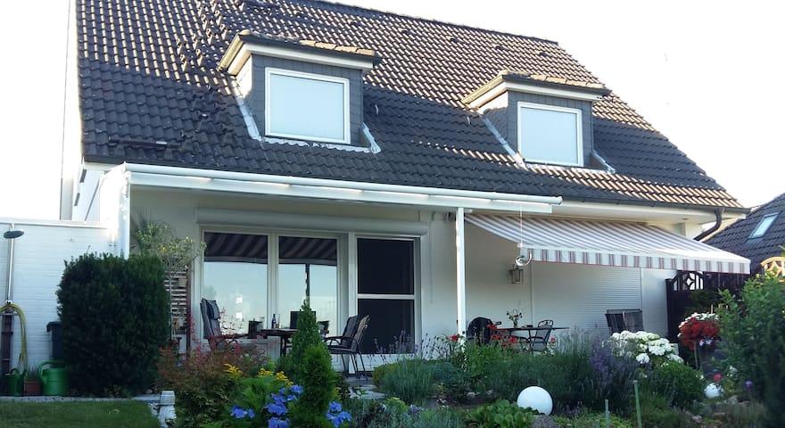 Einzelhaus mit großem Garten und schönen Fernblick - Reinbek - Huis