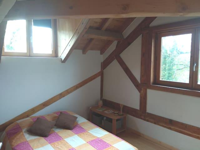Chambre double dans maison écologique