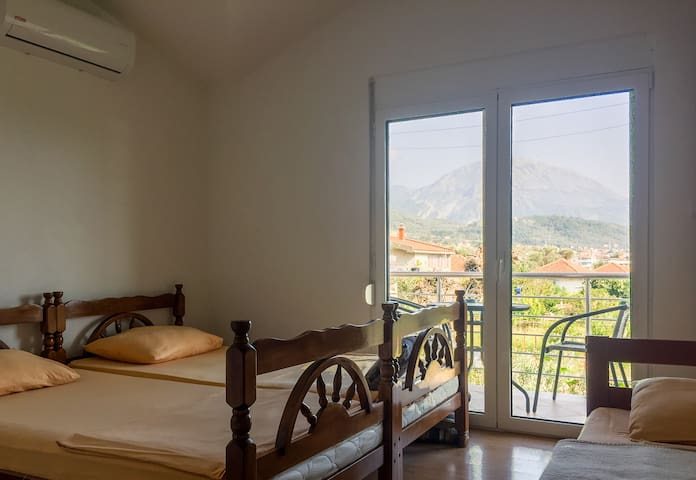 Apartment with mountain view, wifi, parking, AC