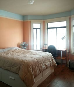 Newly Remodeled room in big house WIFI market - San Francisco - House