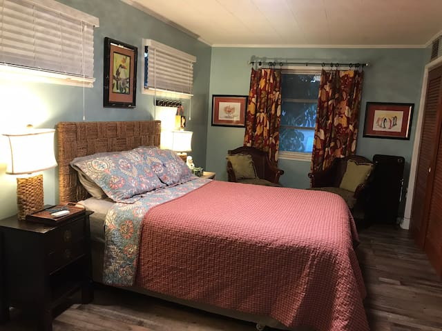 Spacious Queen Bedroom with sitting area to read !