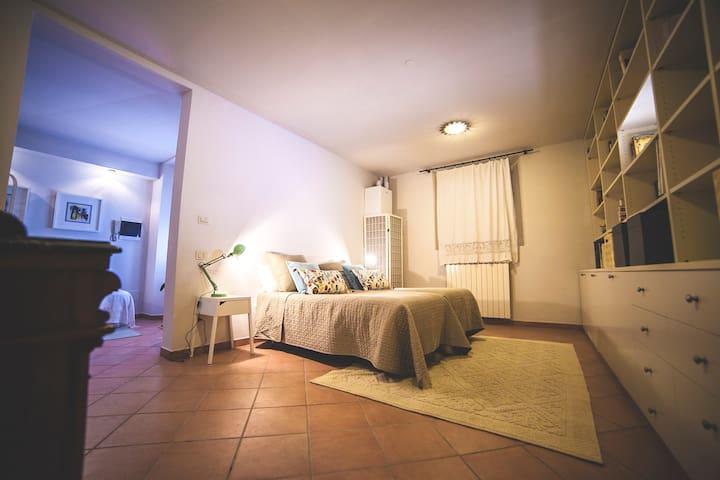 Camera indipendente a 100m da stazione e caserma - Foligno - Casa