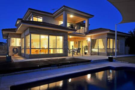 Oceanside Villa, beach and pool. - Куиннс-Рокс