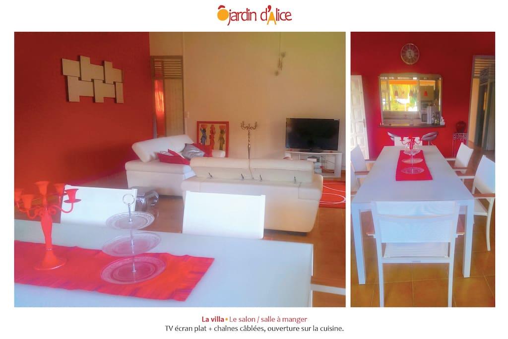 Le salon / salle à manger, avec une TV écran plat + chaînes câblées et une ouverture sur la cuisine.