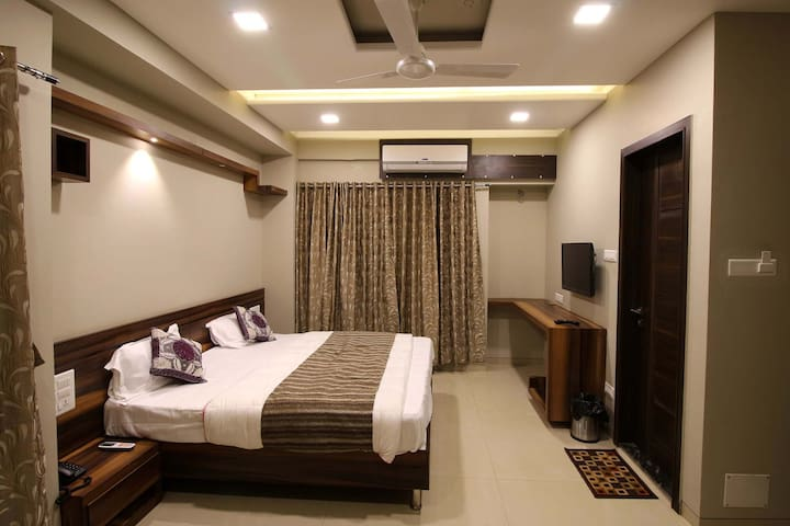 5 Rooms in Luxurious 8bhk Bungalow