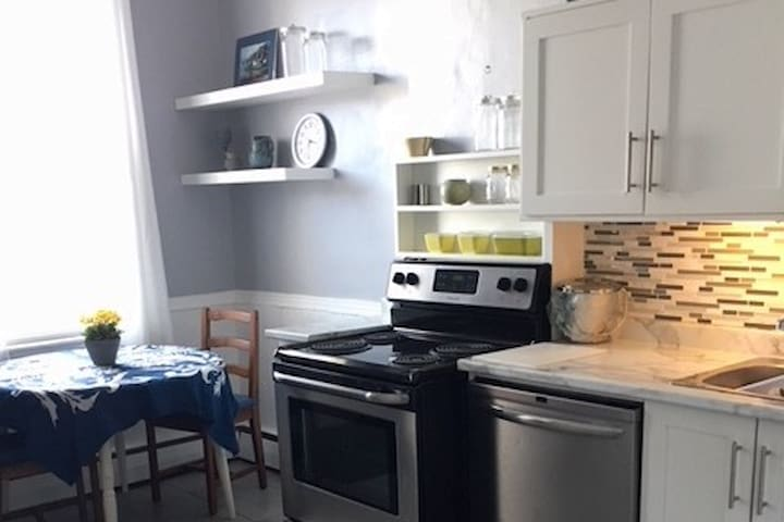 Nice sunny eat-in kitchen