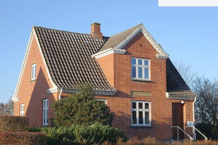 Hus midt i Tranebjerg