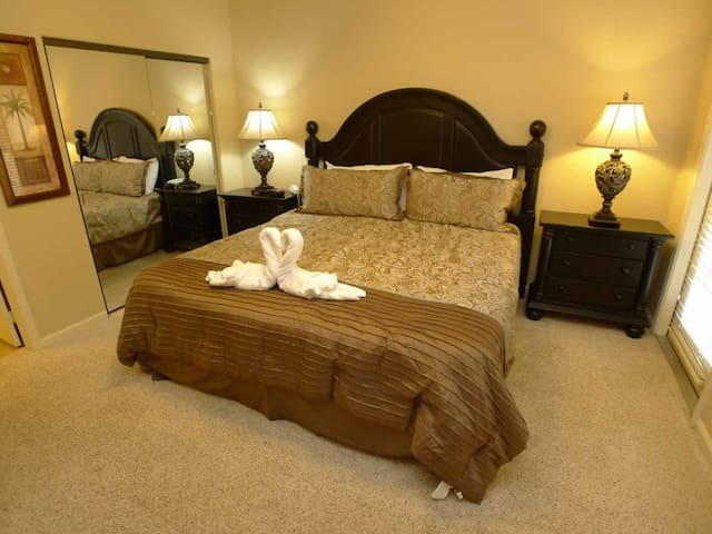 Bella Piazza 3/3 Condo property, fully furnished, with full kitchen, and all linens and towels. - DAVENPORT