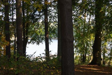 Ferien am Wasser mitten im Wald (Waldwohnung) - Lalendorf - Apartament