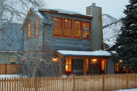 Remodeled Historic Cottage sleeps 8 - Minturn