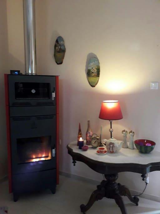 Η γωνία της τζακοσομπας στο σαλόνι...fireplace in diningroom
