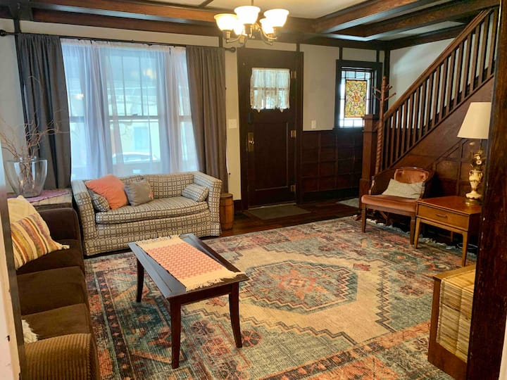 Boho Bungalow off Main-one block from Lovely Park