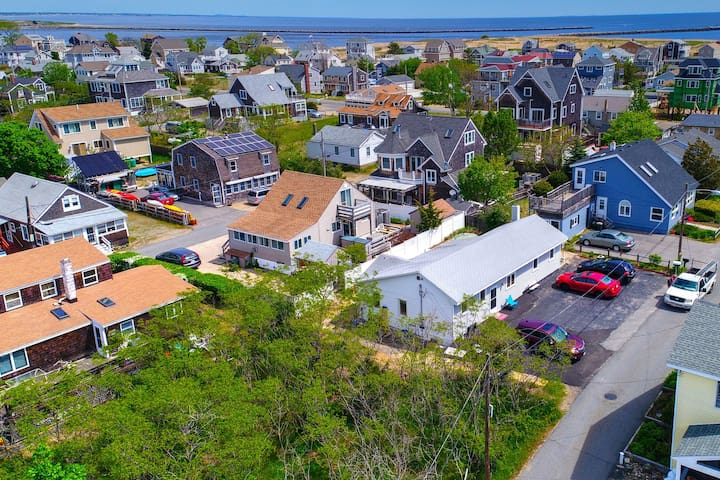 Charming family home conveniently placed near water, beaches, & more!