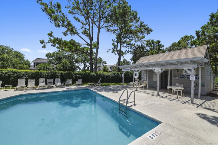 This is a beautiful 4 bedroom 4 bathroom Lands End unit located in Sea Pines Resort!