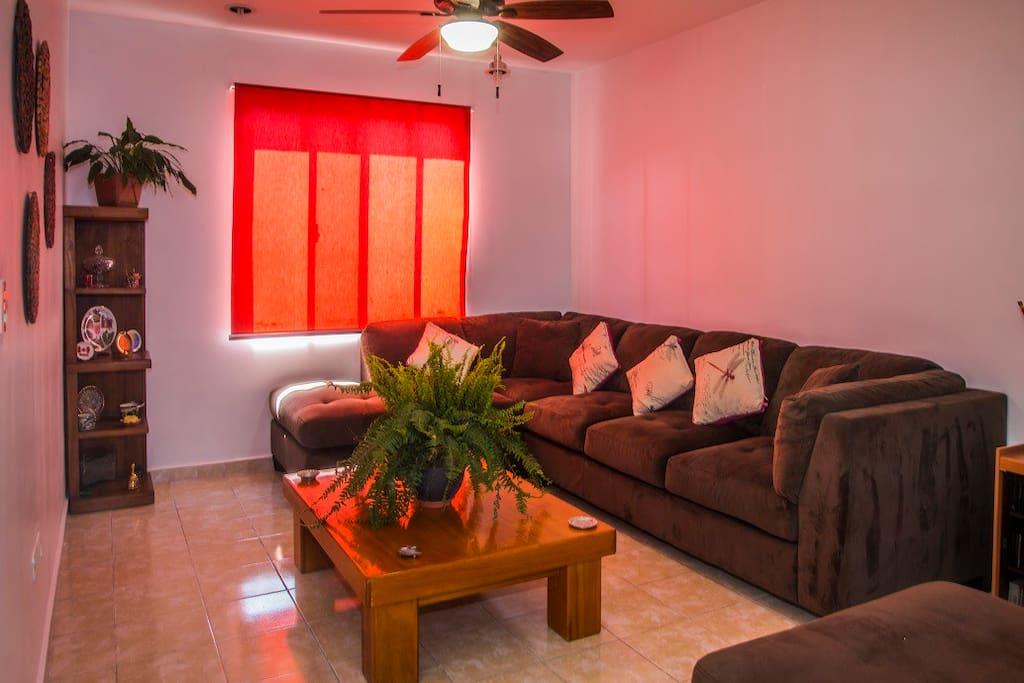 La sala es un espacio muy amplio e iluminado. Perfecto para relajarse y descansar. / Living room is spacious and bright, perfect for sitting, rest & relax.