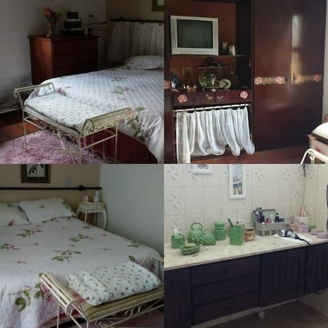 Suíte principal: cama queen e banheiro com chuveiro e bidê