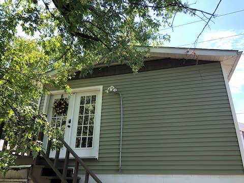 Очаровательная квартира-студия с террасой в Роаноке