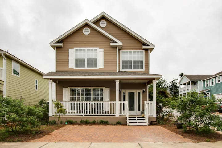 Family-friendly home close to beach w/shared pool access - snowbirds welcome!